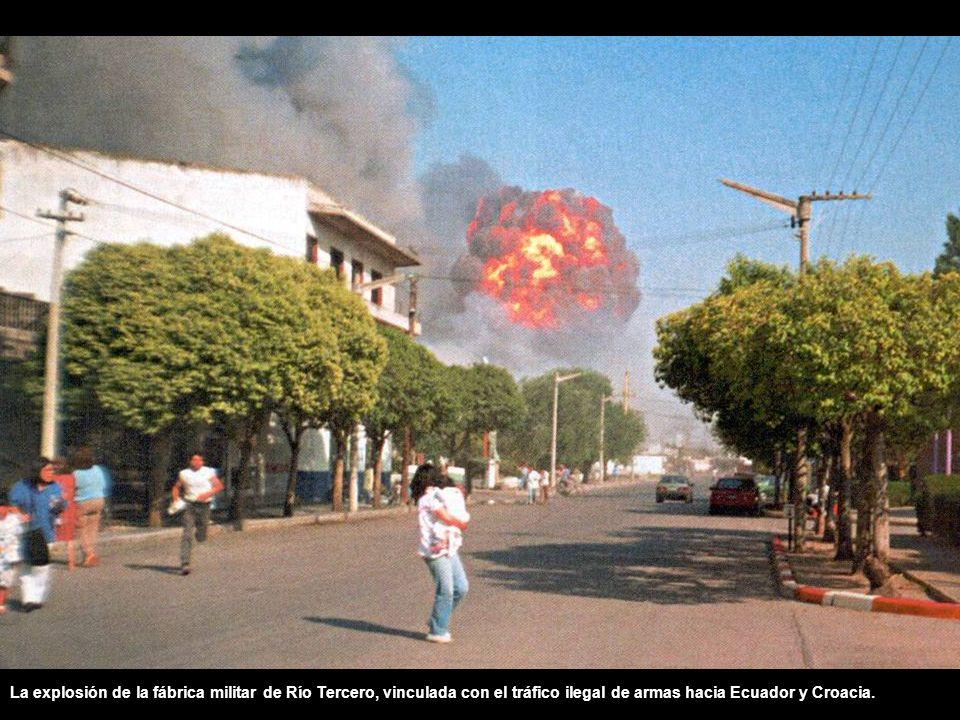 La explosión de la fábrica militar de Río Tercero, vinculada con el tráfico ilegal de armas hacia Ecuador y Croacia.