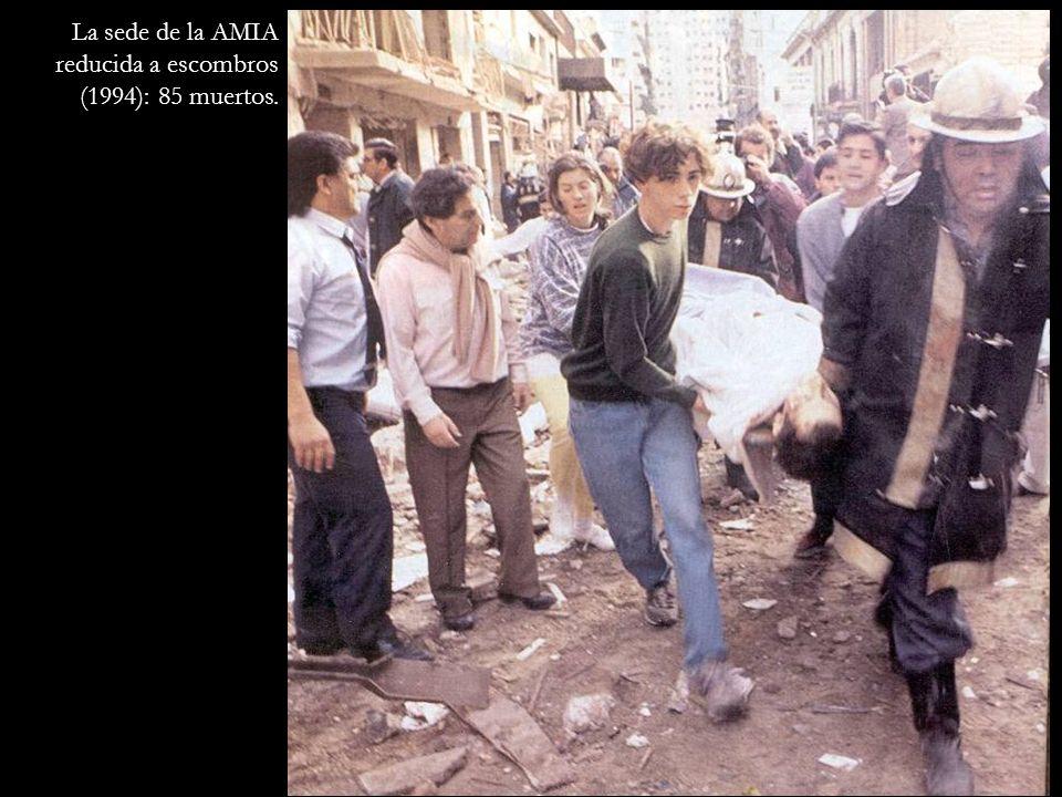 La sede de la AMIA reducida a escombros (1994): 85 muertos.