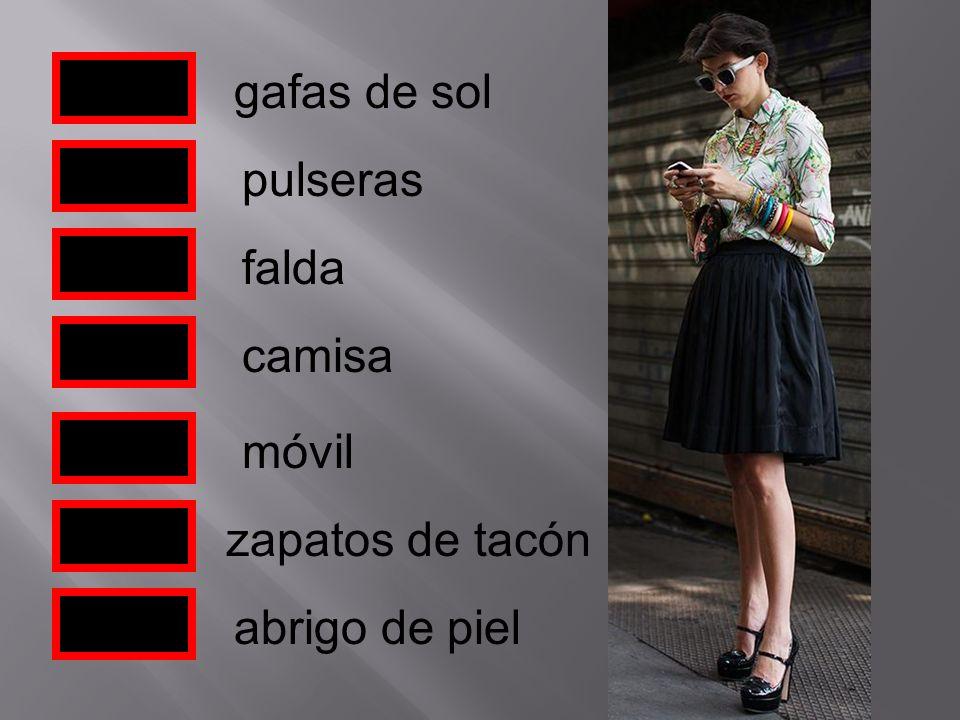 gafas de sol pulseras falda móvil zapatos de tacón camisa abrigo de piel