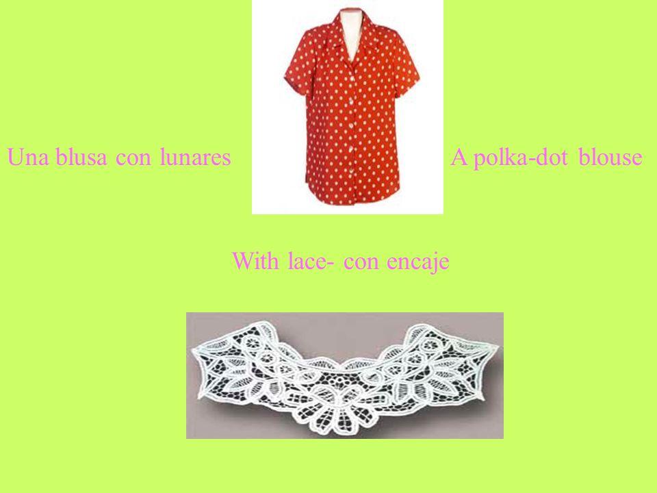 Una blusa con lunaresA polka-dot blouse With lace- con encaje