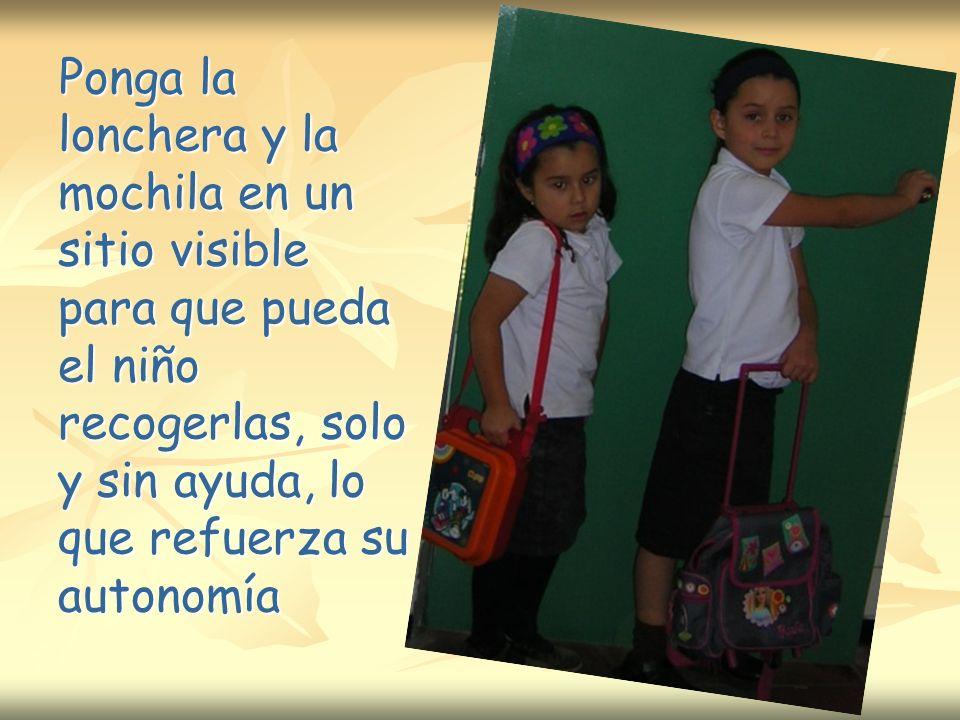 Ponga la lonchera y la mochila en un sitio visible para que pueda el niño recogerlas, solo y sin ayuda, lo que refuerza su autonomía