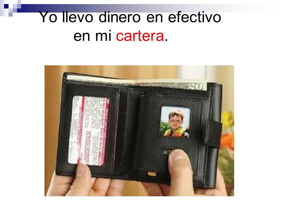 Él pone su cartera en el bolsillo.
