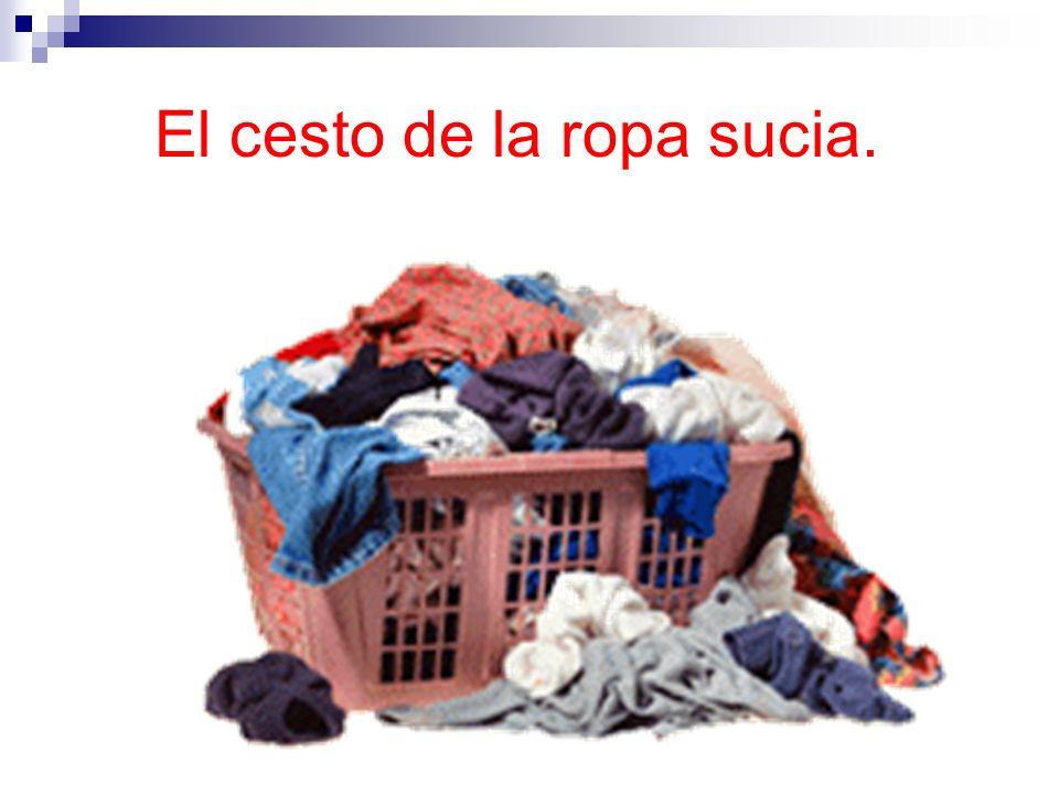 El cesto de la ropa sucia.