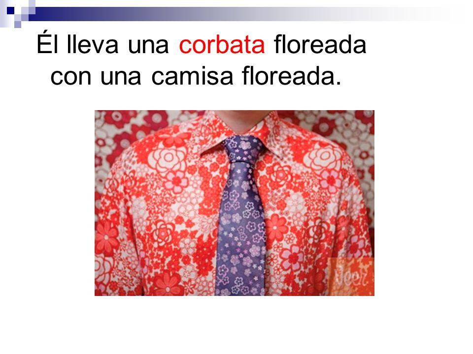 Él lleva una corbata floreada con una camisa floreada.