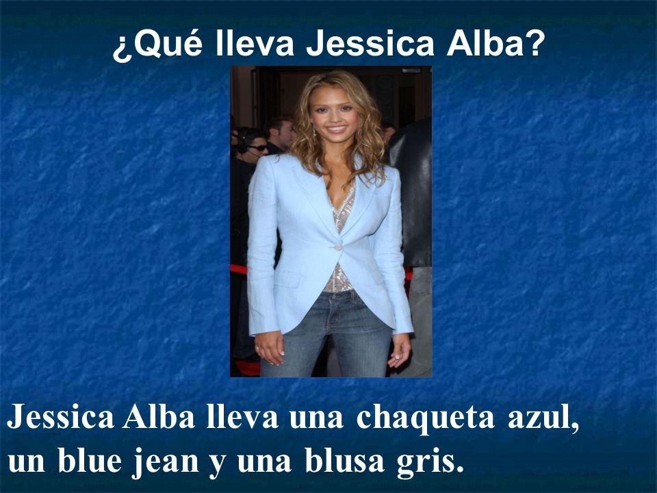 ¿Qué lleva Jessica Alba? Jessica Alba lleva una chaqueta azul, un blue jean y una blusa gris.