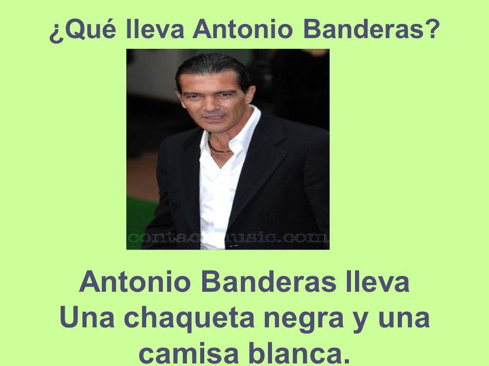¿Qué lleva Antonio Banderas? Antonio Banderas lleva Una chaqueta negra y una camisa blanca.