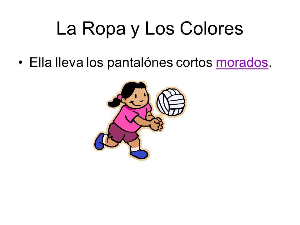 La Ropa y Los Colores Ella lleva los pantalónes cortos morados.