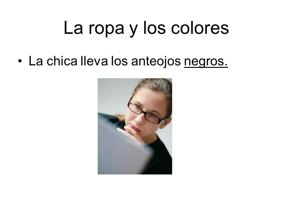 La ropa y los colores La chica lleva los anteojos negros.
