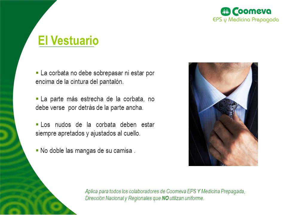 La corbata no debe sobrepasar ni estar por encima de la cintura del pantalón. La parte más estrecha de la corbata, no debe verse por detrás de la part