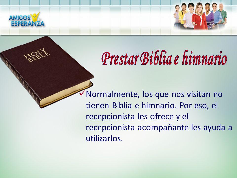 Normalmente, los que nos visitan no tienen Biblia e himnario. Por eso, el recepcionista les ofrece y el recepcionista acompañante les ayuda a utilizar