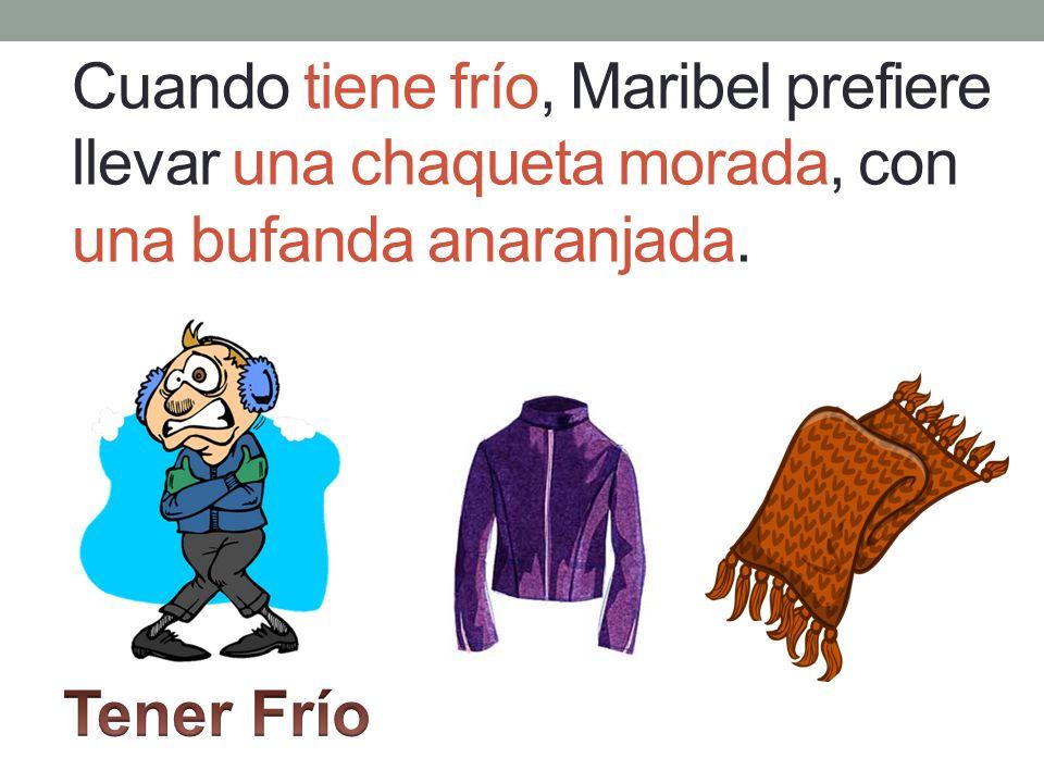 Cuando tiene frío, Maribel prefiere llevar una chaqueta morada, con una bufanda anaranjada.