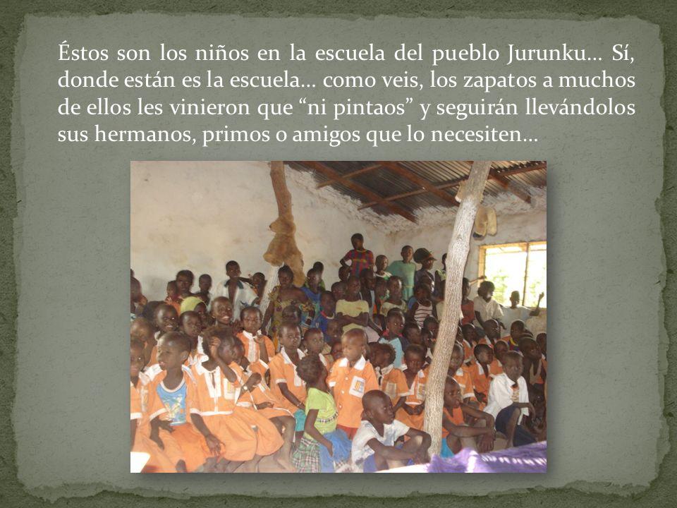 Éstos son los niños en la escuela del pueblo Jurunku… Sí, donde están es la escuela… como veis, los zapatos a muchos de ellos les vinieron que ni pintaos y seguirán llevándolos sus hermanos, primos o amigos que lo necesiten…