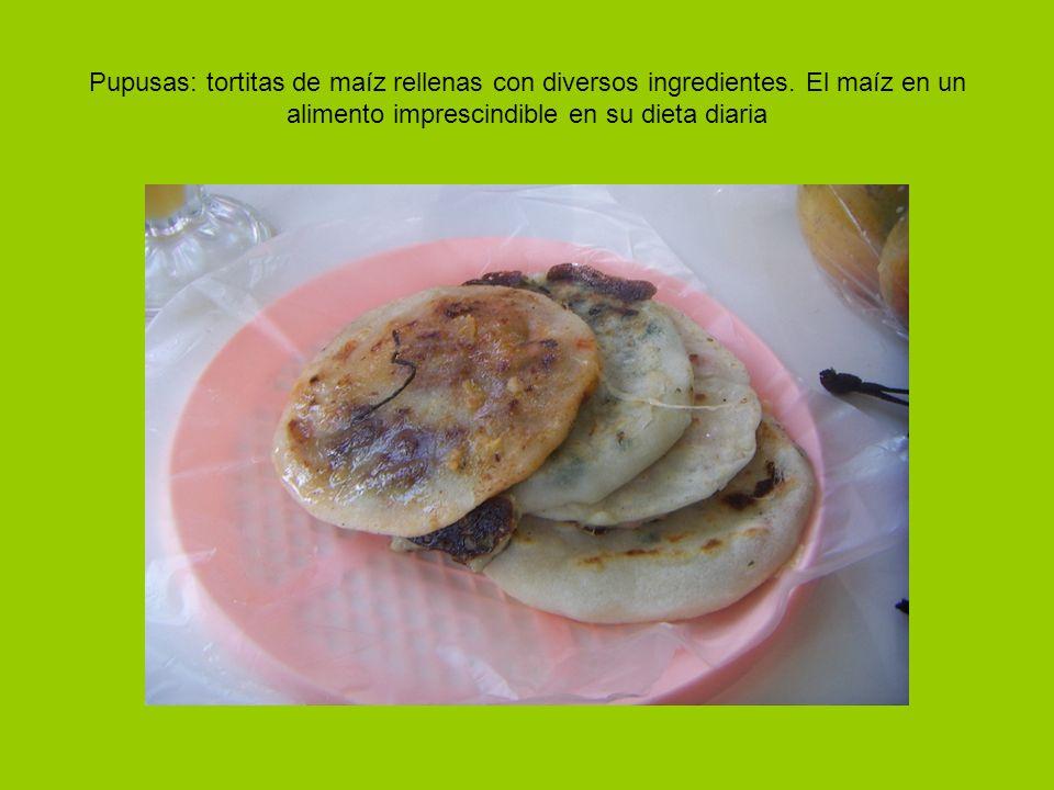 Pupusas: tortitas de maíz rellenas con diversos ingredientes.