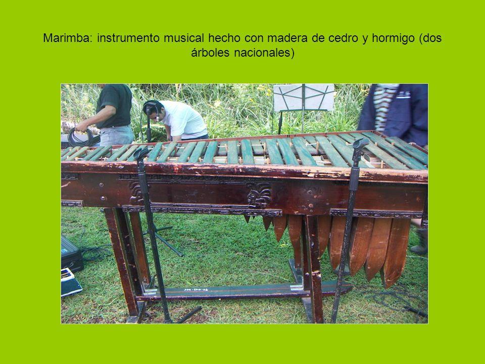 Marimba: instrumento musical hecho con madera de cedro y hormigo (dos árboles nacionales)