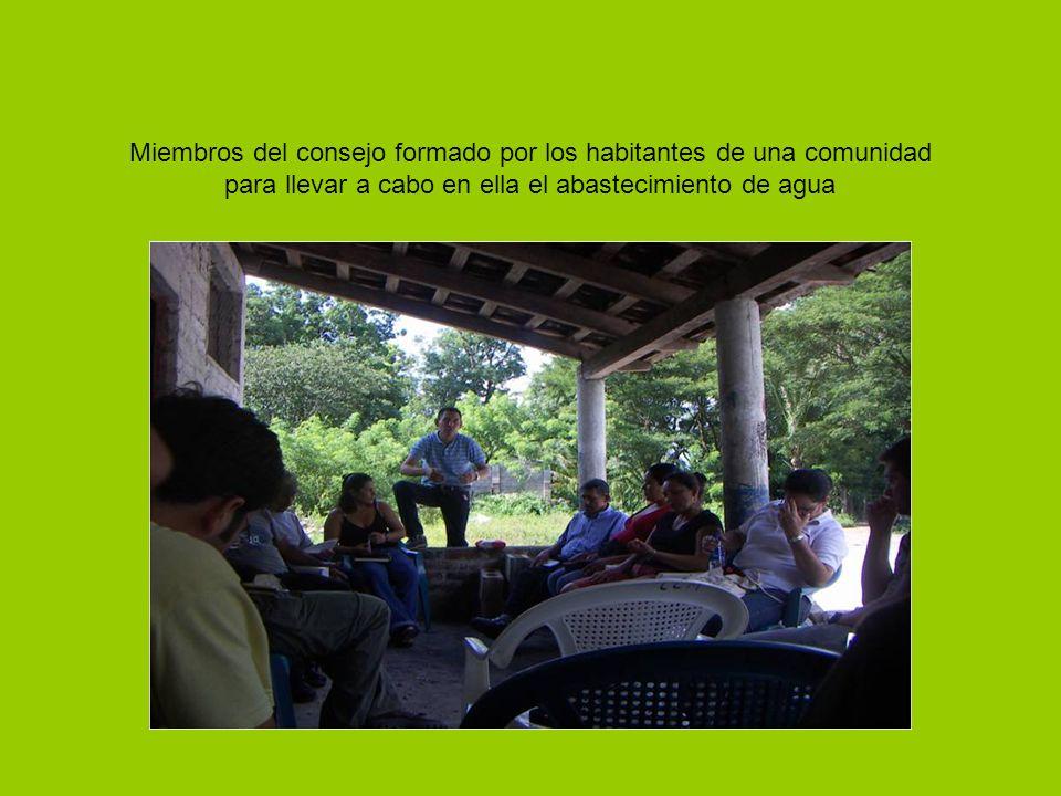 Miembros del consejo formado por los habitantes de una comunidad para llevar a cabo en ella el abastecimiento de agua