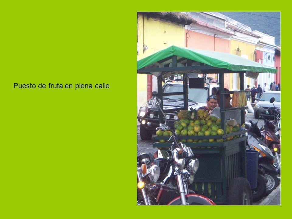 Puesto de fruta en plena calle