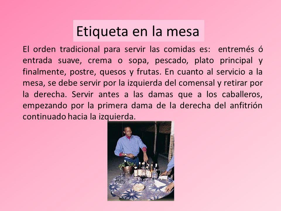 El orden tradicional para servir las comidas es: entremés ó entrada suave, crema o sopa, pescado, plato principal y finalmente, postre, quesos y fruta