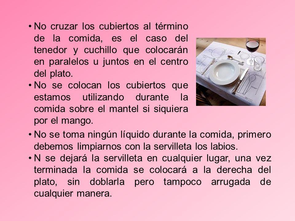 No se toma ningún líquido durante la comida, primero debemos limpiarnos con la servilleta los labios.
