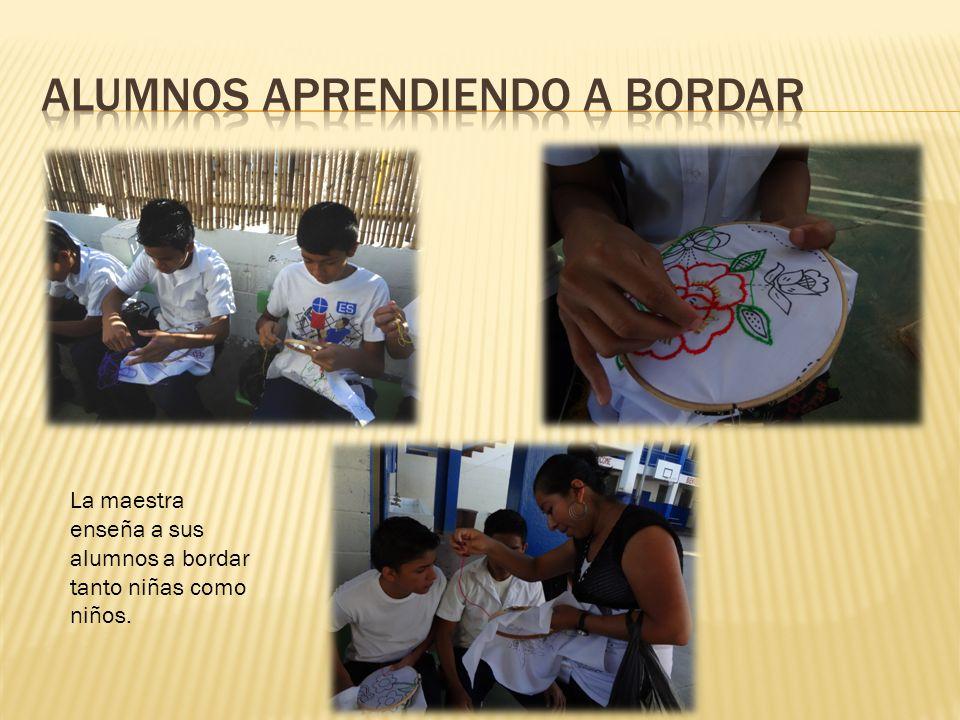 La maestra enseña a sus alumnos a bordar tanto niñas como niños.