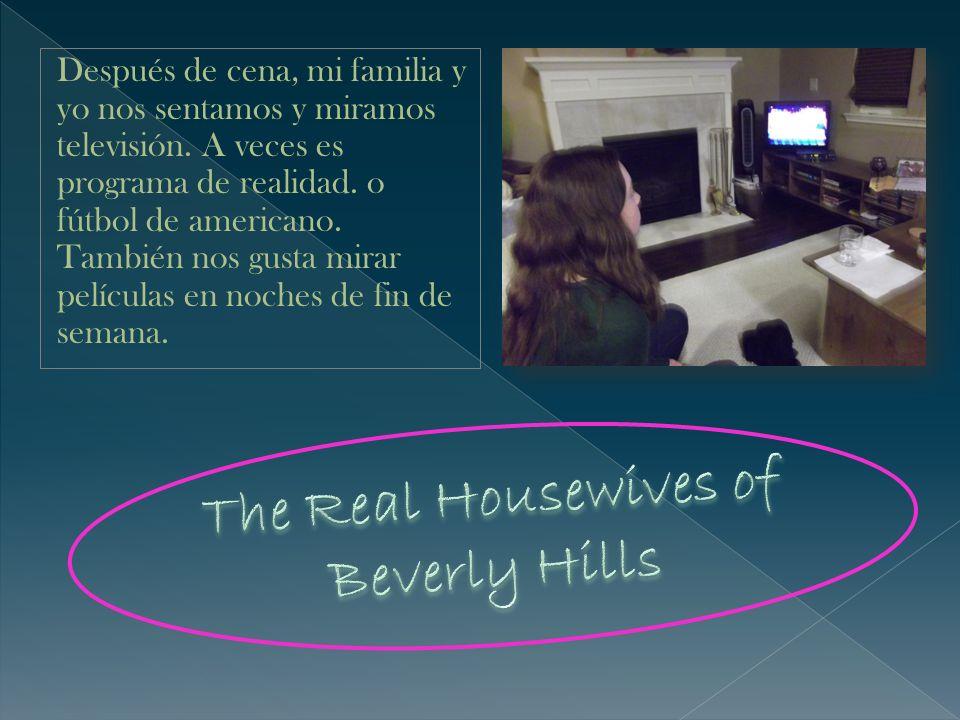 Después de cena, mi familia y yo nos sentamos y miramos televisión. A veces es programa de realidad. o fútbol de americano. También nos gusta mirar pe