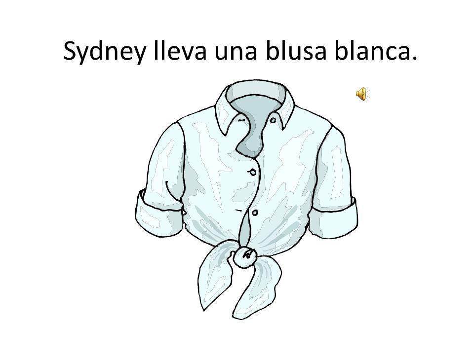 Sasha lleva una camisa blanca.