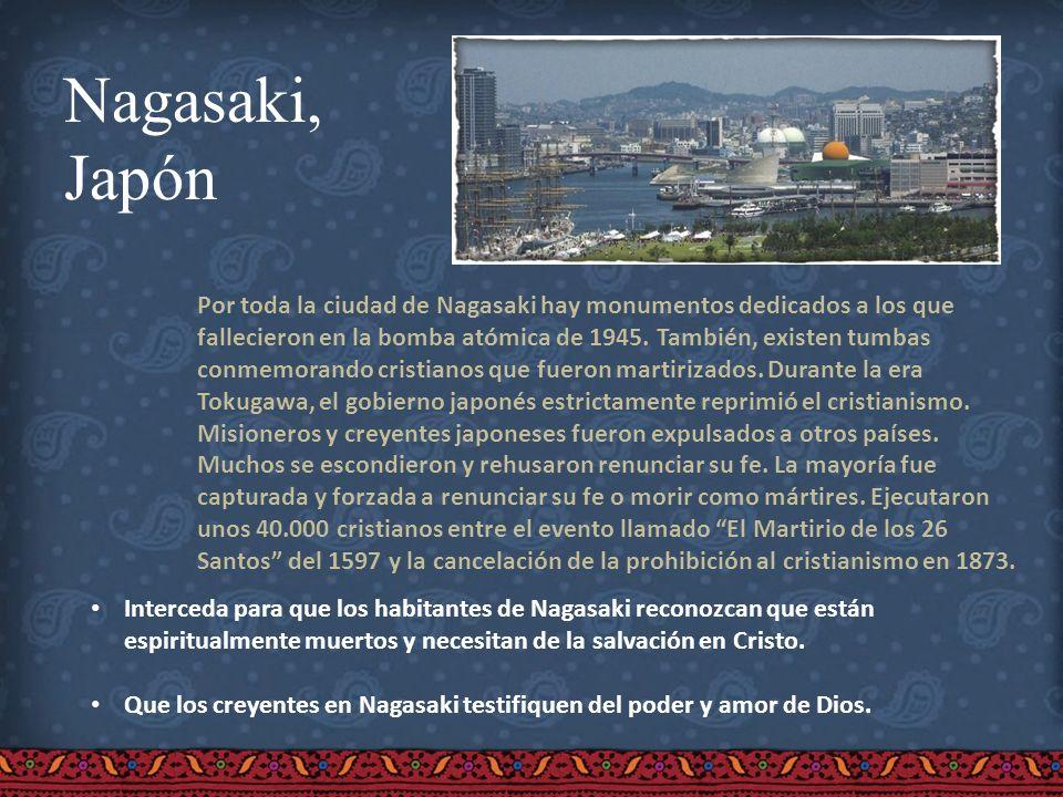 Nagasaki, Japón Por toda la ciudad de Nagasaki hay monumentos dedicados a los que fallecieron en la bomba atómica de 1945. También, existen tumbas con