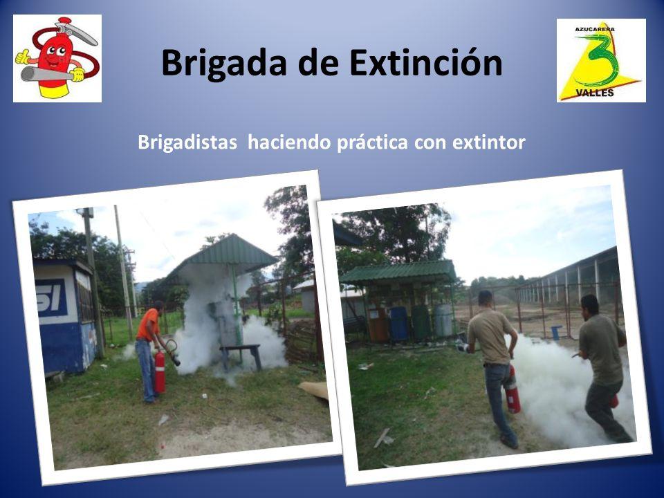Brigada de Extinción Brigadistas haciendo práctica con extintor