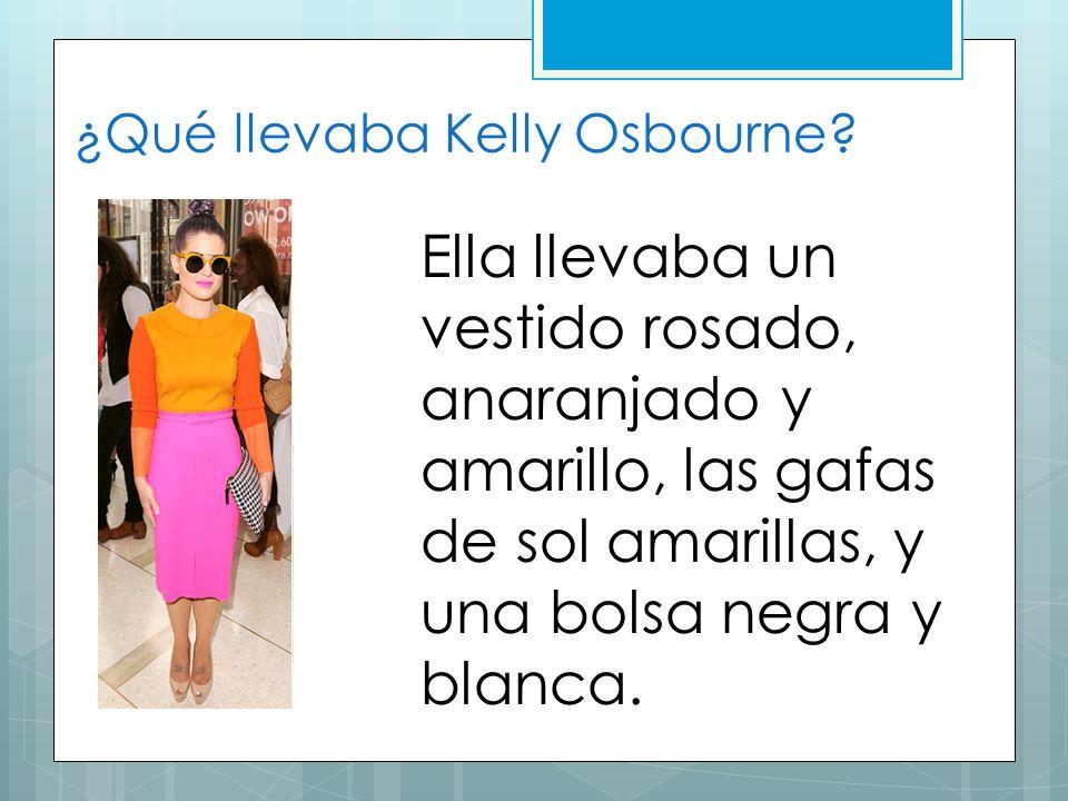 ¿Qué llevaba Kelly Osbourne? Ella llevaba un vestido rosado, anaranjado y amarillo, las gafas de sol amarillas, y una bolsa negra y blanca.