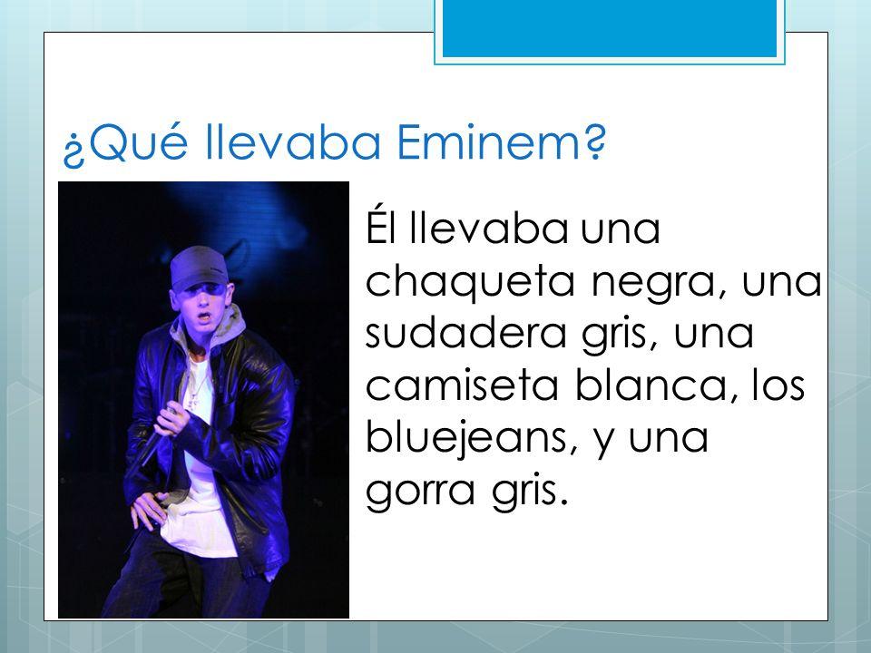 ¿Qué llevaba Eminem? Él llevaba una chaqueta negra, una sudadera gris, una camiseta blanca, los bluejeans, y una gorra gris.
