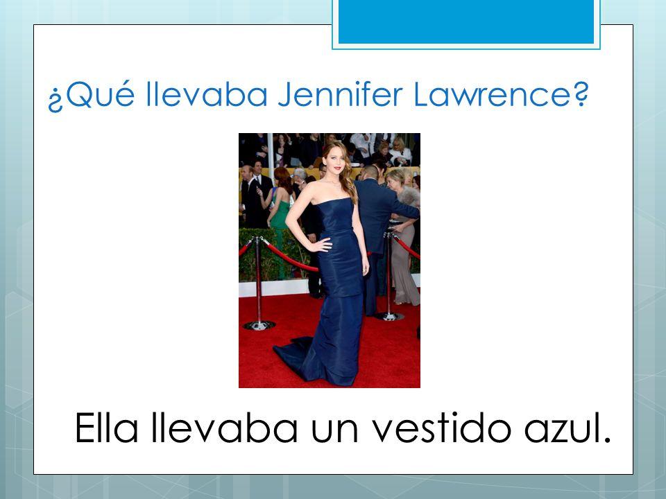 ¿Qué llevaba Jennifer Lawrence? Ella llevaba un vestido azul.