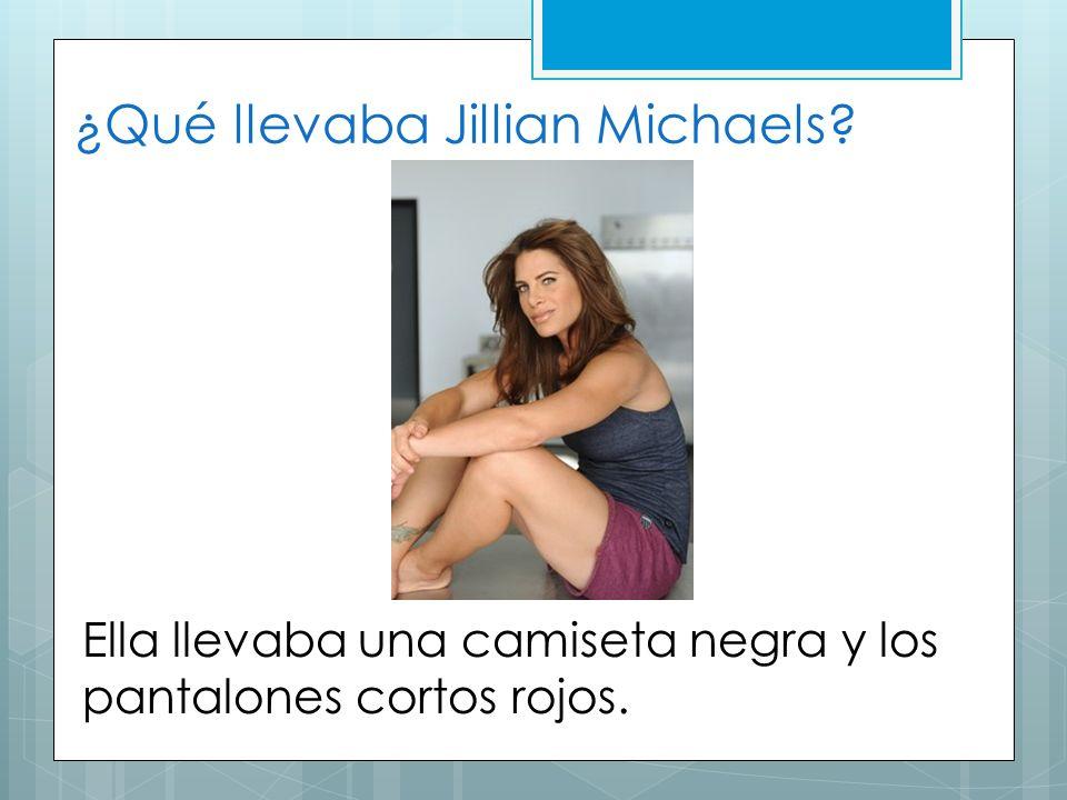 ¿Qué llevaba Jillian Michaels? Ella llevaba una camiseta negra y los pantalones cortos rojos.