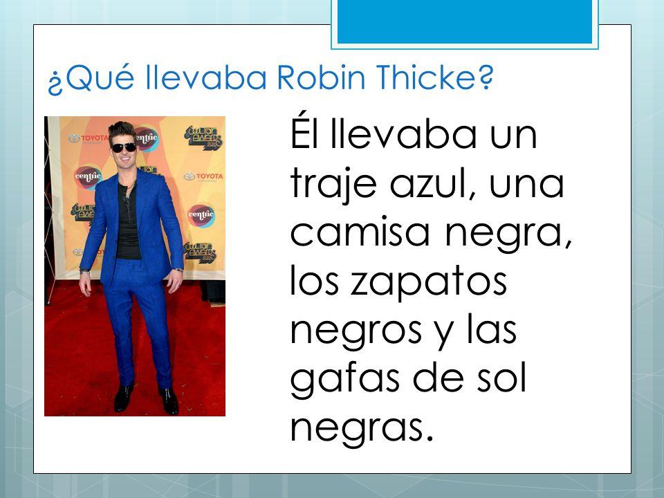 ¿Qué llevaba Robin Thicke? Él llevaba un traje azul, una camisa negra, los zapatos negros y las gafas de sol negras.