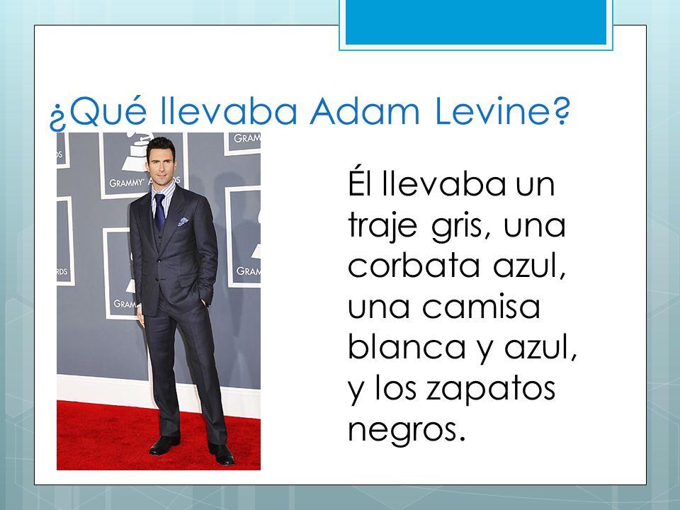 ¿Qué llevaba Adam Levine? Él llevaba un traje gris, una corbata azul, una camisa blanca y azul, y los zapatos negros.