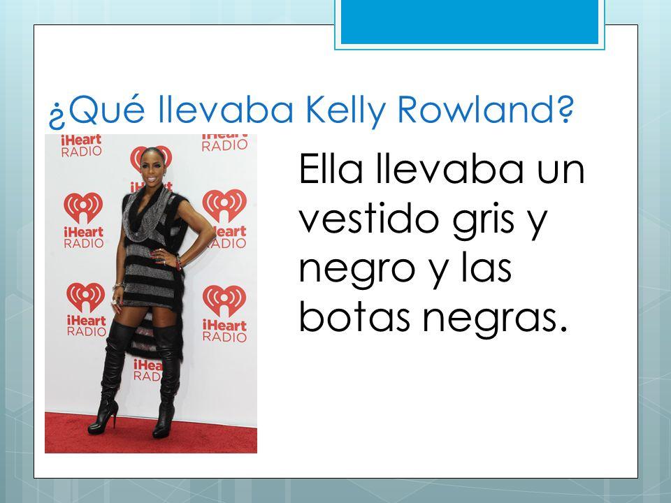 ¿Qué llevaba Kelly Rowland? Ella llevaba un vestido gris y negro y las botas negras.