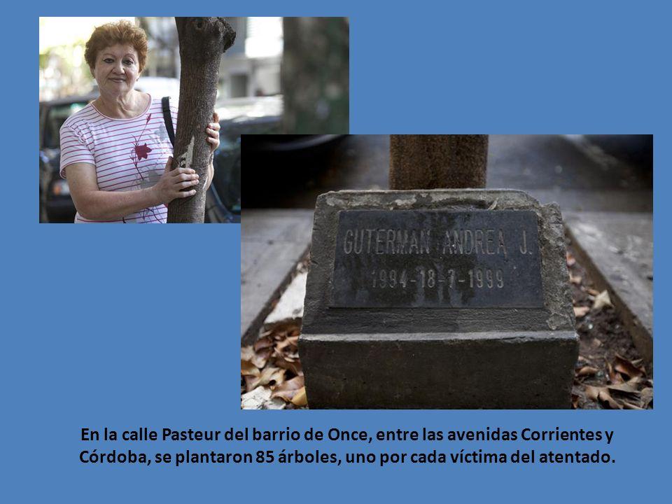 En la calle Pasteur del barrio de Once, entre las avenidas Corrientes y Córdoba, se plantaron 85 árboles, uno por cada víctima del atentado.