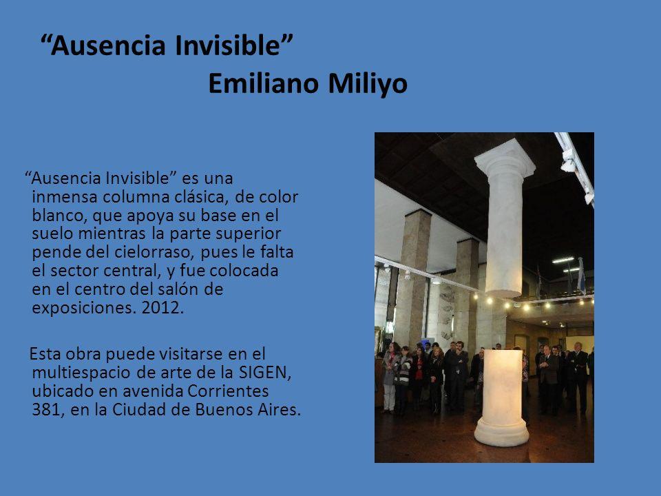 Ausencia Invisible Emiliano Miliyo Ausencia Invisible es una inmensa columna clásica, de color blanco, que apoya su base en el suelo mientras la parte superior pende del cielorraso, pues le falta el sector central, y fue colocada en el centro del salón de exposiciones.