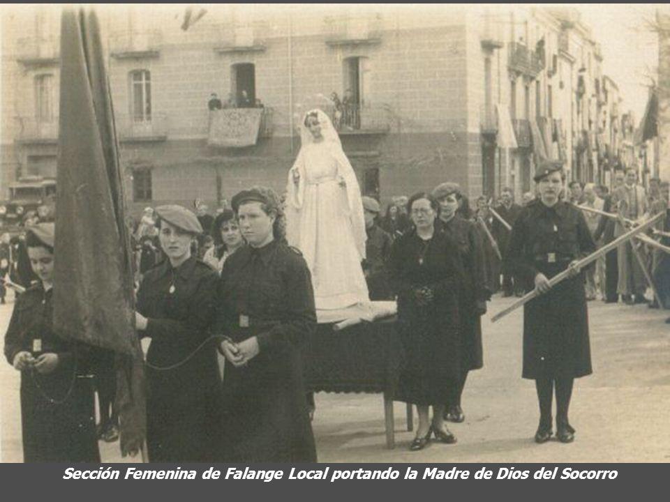 Sección Femenina de Falange Local portando la Madre de Dios del Socorro
