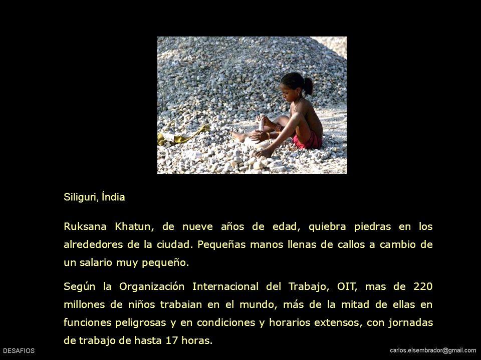 Siliguri, Índia Ruksana Khatun, de nueve años de edad, quiebra piedras en los alrededores de la ciudad.