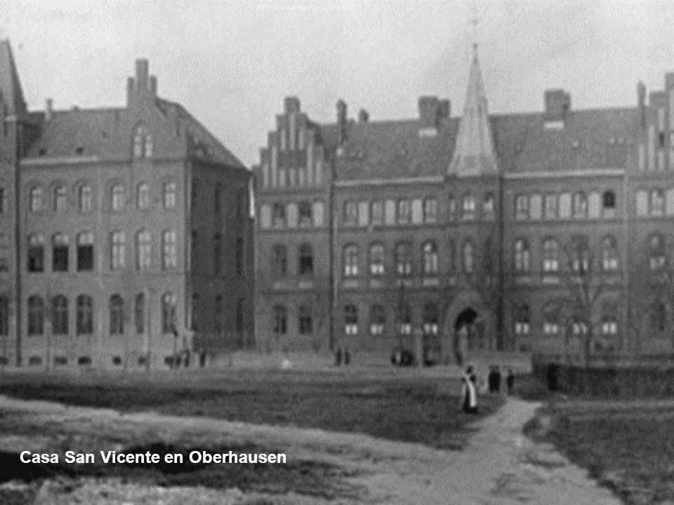 En Colonia, Katharina conoce al sacerdote August Savels (12.07.1837 – 21.02.1915). Probablemente ella pertenece a la parroquia de los Santos Apóstoles