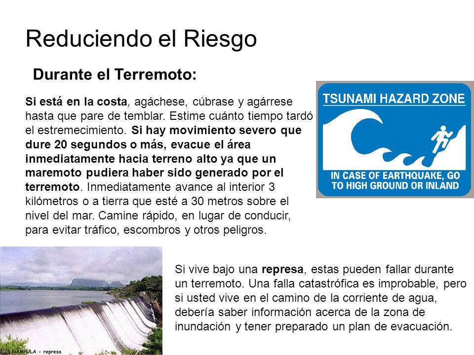 Reduciendo el Riesgo Durante el Terremoto: Si está en la costa, agáchese, cúbrase y agárrese hasta que pare de temblar.