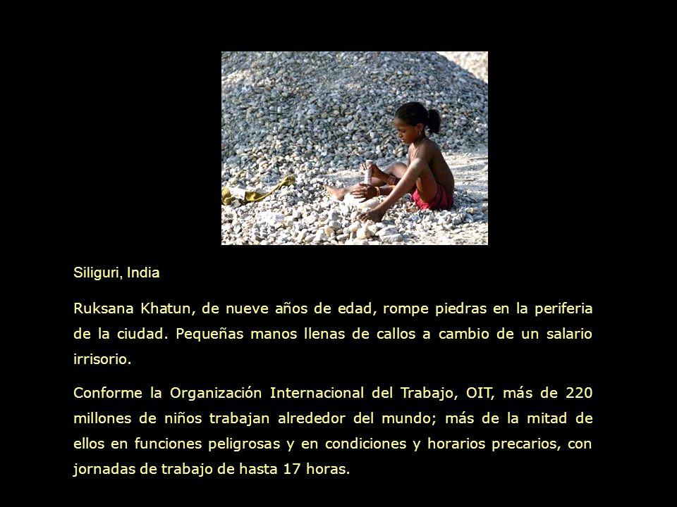 Siliguri, India Ruksana Khatun, de nueve años de edad, rompe piedras en la periferia de la ciudad.