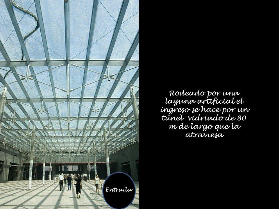 Entrada Rodeado por una laguna artificial el ingreso se hace por un túnel vidriado de 80 m de largo que la atraviesa