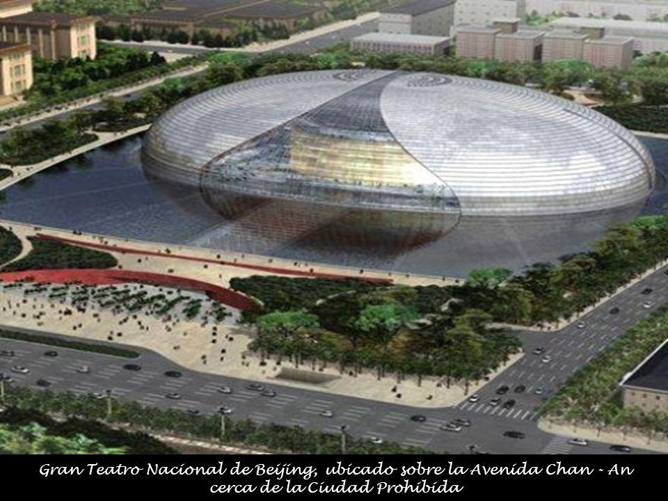El edificio está resuelto a partir de un domo de titanio y vidrio de 212 metros de largo, 143 de ancho y 46 de alto, está rodeado por una laguna artificial y se ingresa a él a través de un túnel.