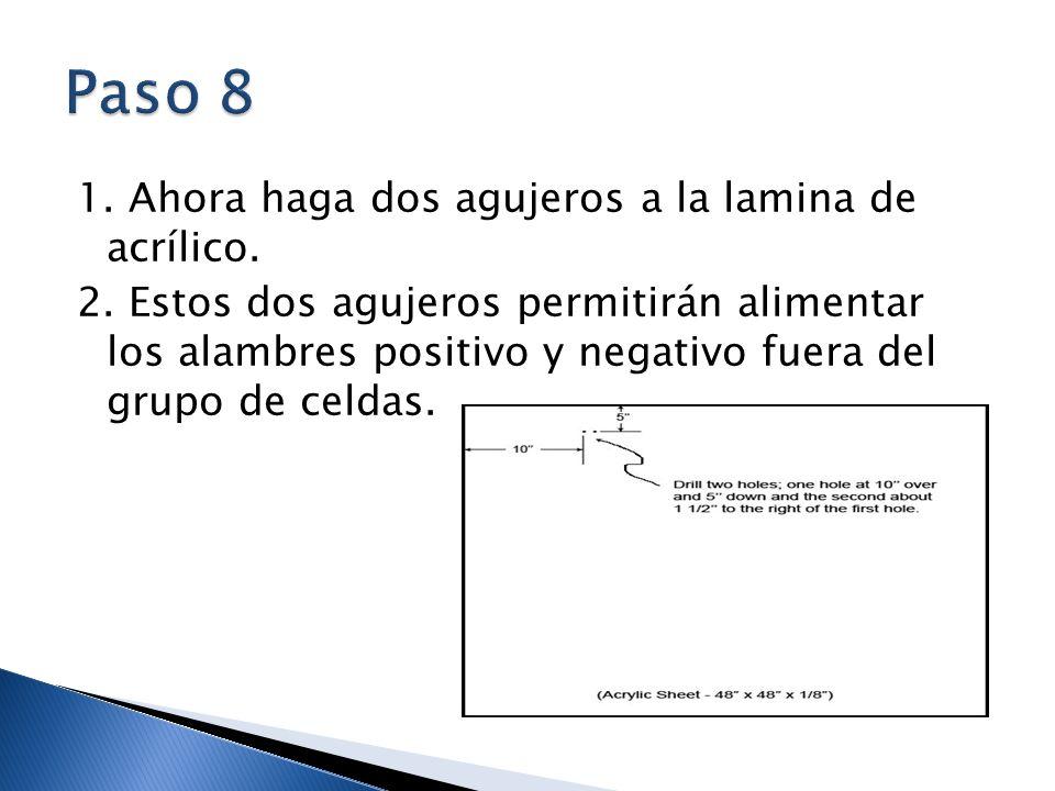 1. Ahora haga dos agujeros a la lamina de acrílico. 2. Estos dos agujeros permitirán alimentar los alambres positivo y negativo fuera del grupo de cel