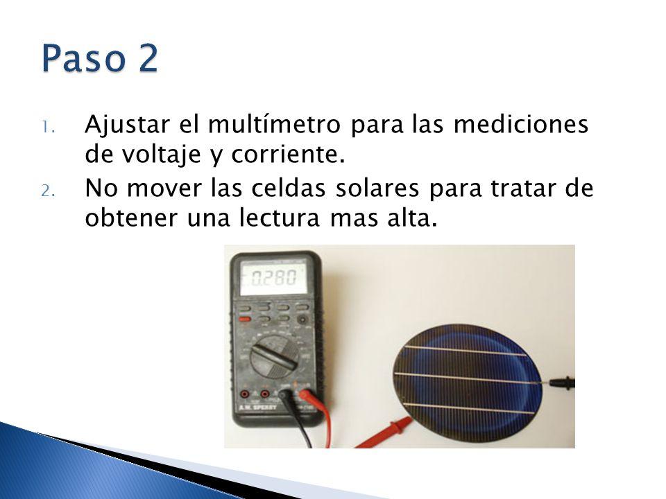 1. Ajustar el multímetro para las mediciones de voltaje y corriente. 2. No mover las celdas solares para tratar de obtener una lectura mas alta.
