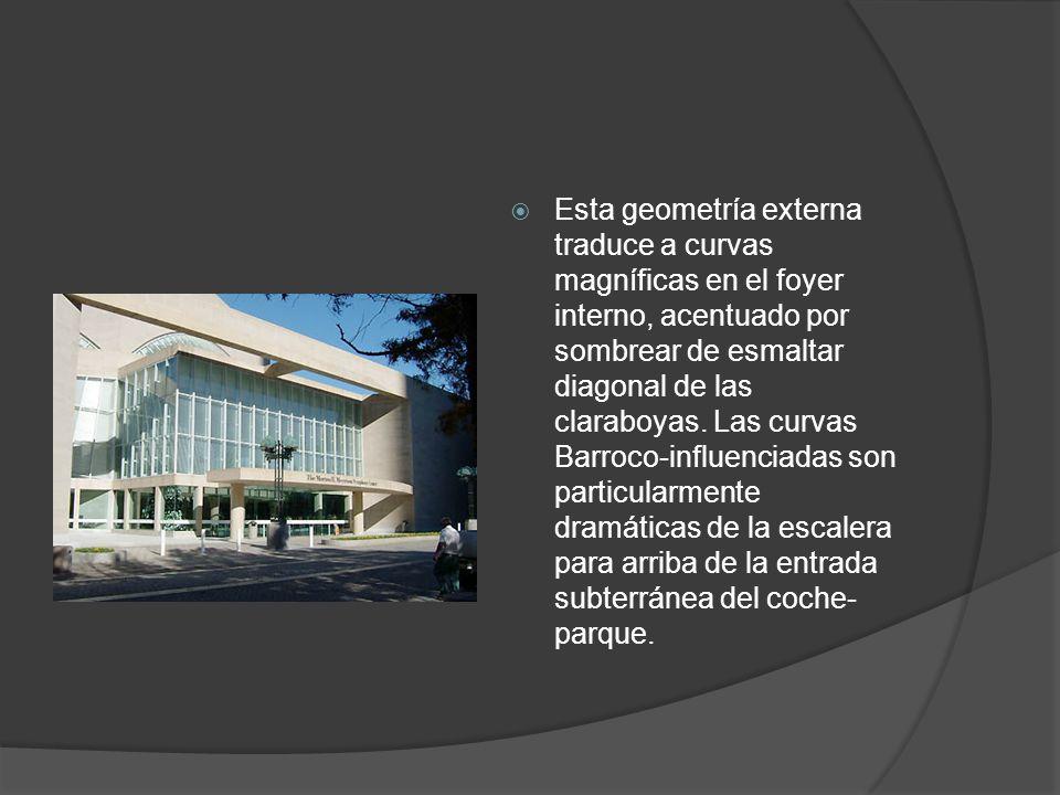 Esta geometría externa traduce a curvas magníficas en el foyer interno, acentuado por sombrear de esmaltar diagonal de las claraboyas. Las curvas Barr