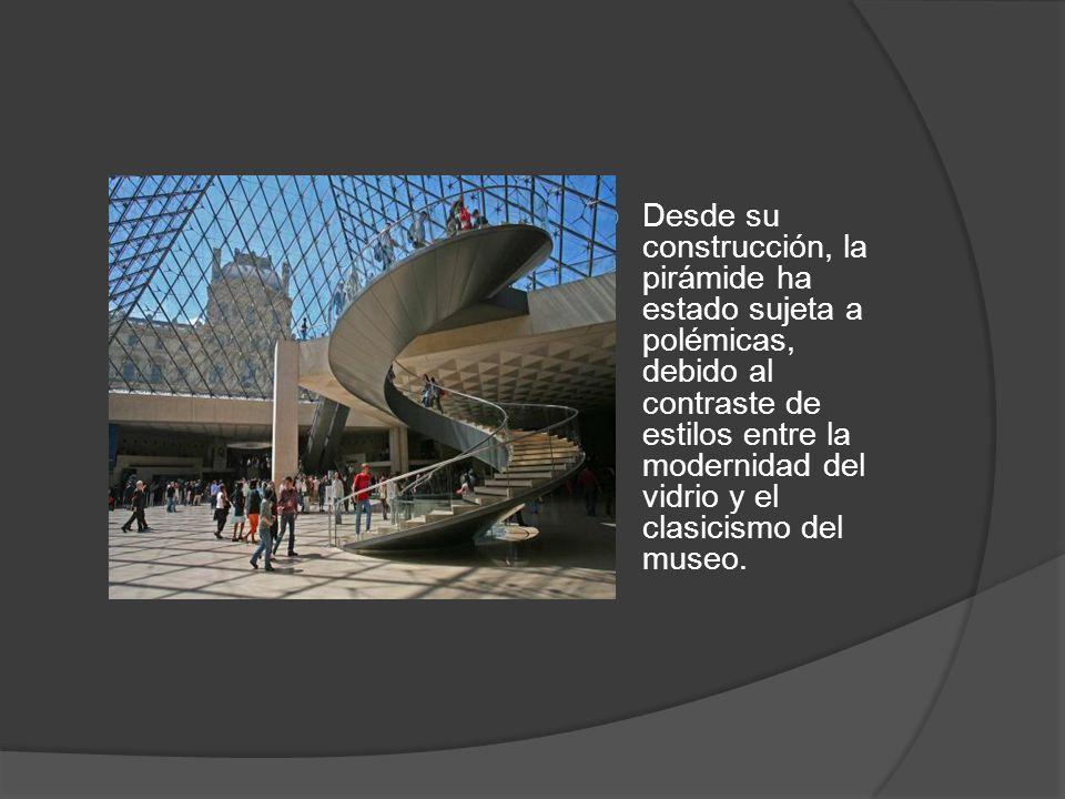 Desde su construcción, la pirámide ha estado sujeta a polémicas, debido al contraste de estilos entre la modernidad del vidrio y el clasicismo del mus