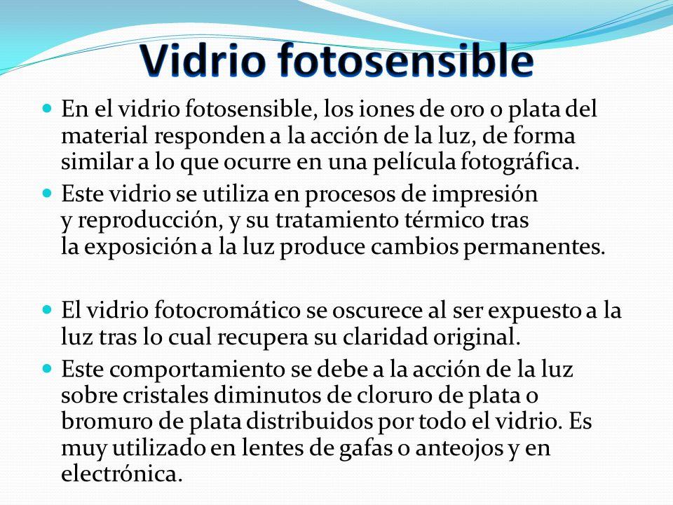En el vidrio fotosensible, los iones de oro o plata del material responden a la acción de la luz, de forma similar a lo que ocurre en una película fot