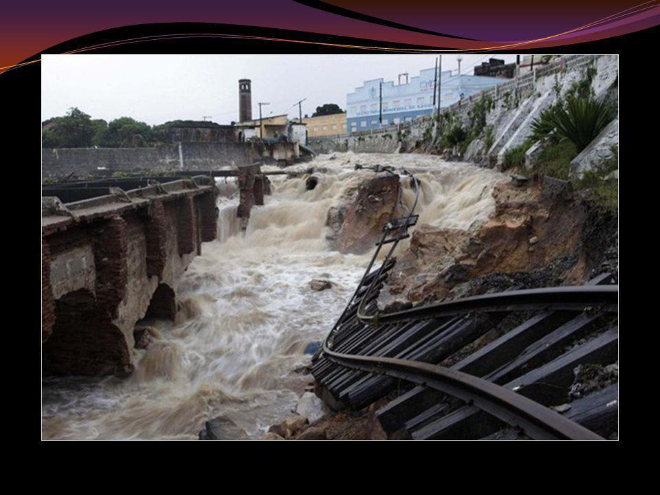 A) Riesgo de inundación por estar en la llanura de inundación del río.