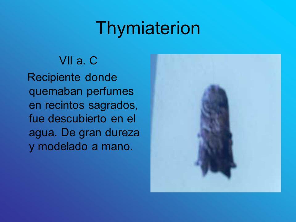 Thymiaterion VII a. C Recipiente donde quemaban perfumes en recintos sagrados, fue descubierto en el agua. De gran dureza y modelado a mano.